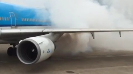 飞机引擎启动跟放烟雾弹一样!
