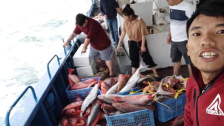 14个钓友出深海钓鱼,总鱼获大约2000斤,卖掉差不多10万块左右