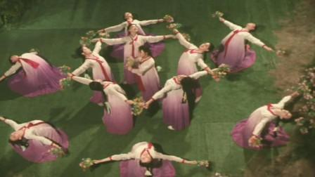 1981年歌剧电影《同心结》曲目《友谊之花开不败》载歌载舞迎亲人