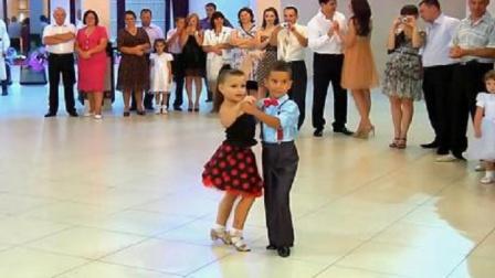 两个国外小朋友,在商场跳拉丁舞,这舞姿简直太美了!