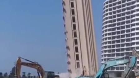 高楼瞬间倒塌,这是在拆违建吗?