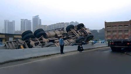 交通事故合集:大货车师傅开车走神,遇见限高杆就悲剧了