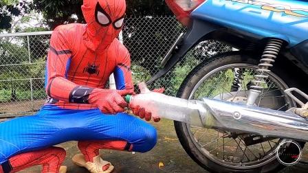 蜘蛛侠:蜘蛛侠给摩托车的排气筒里灌满了泡大珠!
