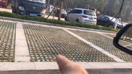 两边都是空车位,很多女司机就不会停车了,不知道停哪个车位