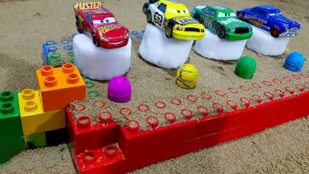 搭建玩具停车场展示小汽车