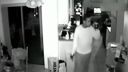 深夜女孩发现有贼进屋,只好假装熟睡,接下来一幕无语了!