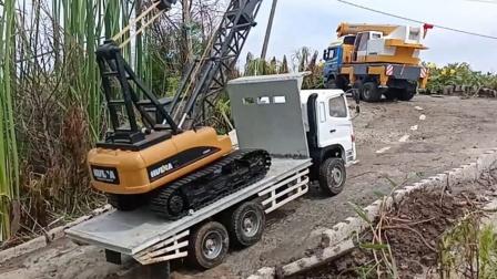 吊车玩具出发帮助大卡车