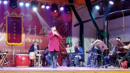 浦江周日文化广场娱乐队张春仙在浦南大会堂演唱《与大君打坐在白虎堂上》