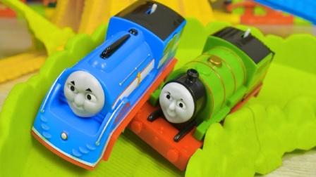 托马斯和培西小火车玩具进行比赛