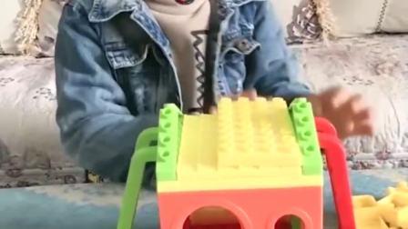 童年趣事:哥哥给谁搭的玩具小房子呀