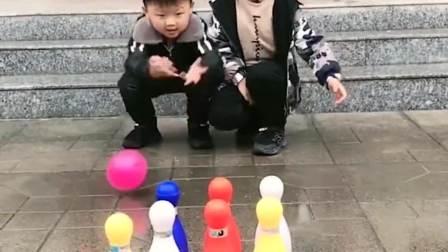少儿益智:哥哥玩保龄球真厉害