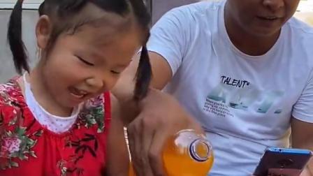 金色的童年:宝贝和爸爸一起喝芬达