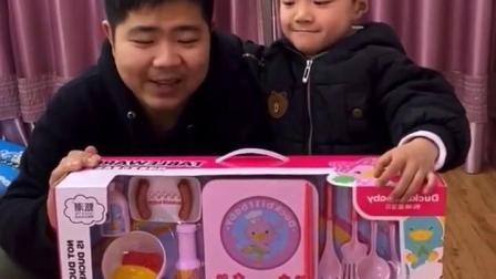 金色的童年:宝贝和爸爸一起拆开了今天的新玩具
