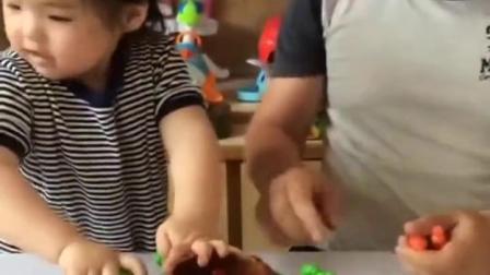 金色的童年:宝贝和爸爸比赛拔萝卜吧