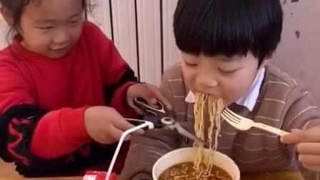 金色的童年:弟弟吃泡面,姐姐给剪短了