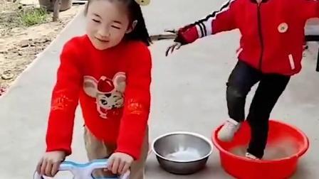 金色的童年:弟弟和姐姐怎么变成了车车和气球