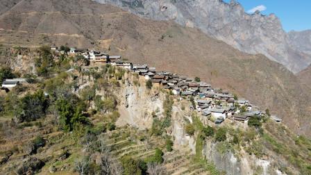 云南天险之城,百户人家共居一块大石头上,三面都是悬崖险峻无比