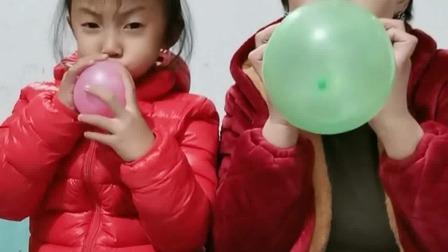 亲子游戏:母子两个比赛吹气球