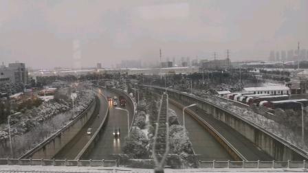 今天29日,去厦门参加拍摄元旦晚会的火车上,看到安微下的雪比郑州大。