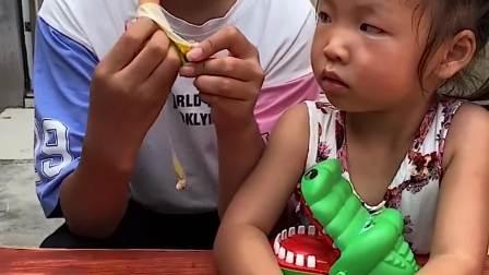 趣味生活:姐姐要喂小鳄鱼吃东西