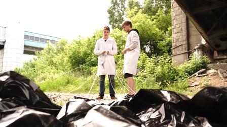 将11个垃圾袋做成降落伞,20米高空坠落能保住50kg水吗?