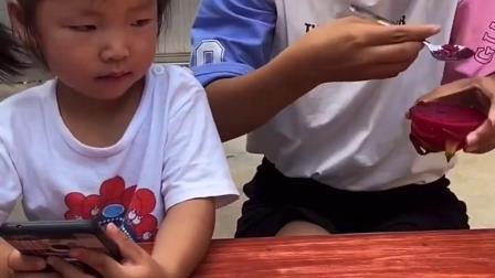 快乐的趣事:宝宝把妈妈的火龙果偷吃了