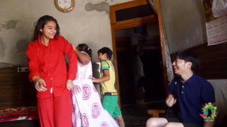 在印度农村,偶遇高颜值妹子!熟悉印度的来讲讲,这家是啥种姓?