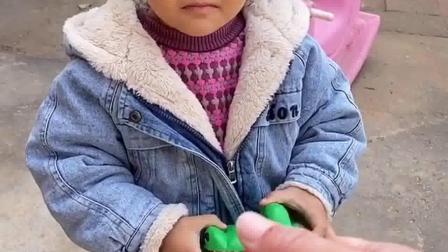 亲子游戏:呜呜,大鳄鱼咬到我手了