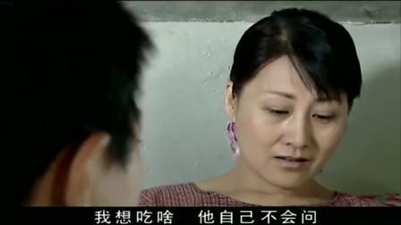 儿子问妈妈想吃啥,妈妈说想吃鱼,儿子要走却被妈妈拉住发了五个