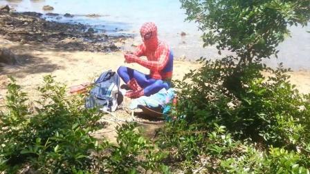 蜘蛛侠:蜘蛛侠在海边发现了潜水装备!