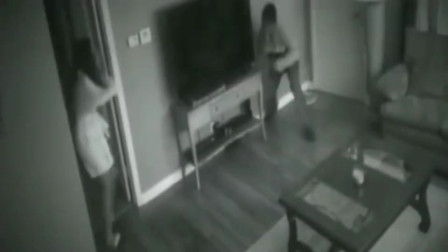 半夜女子听见家中有声响,打开门一看,现在跑已经来得及了!