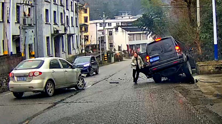 """交通事故合集:下雪路滑超速过弯,""""漂移""""失败悲剧了"""
