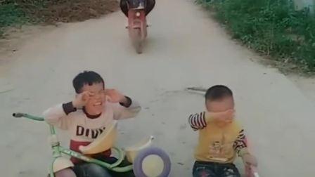 趣味生活:妈妈和姐姐把栽到的小朋友扶起来了