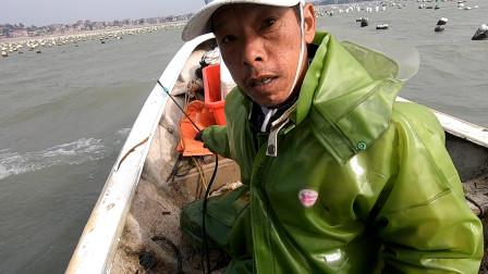"""狂风不断引起巨浪,意外将成群""""海鲜""""挂上渔网,这下可不好弄了"""