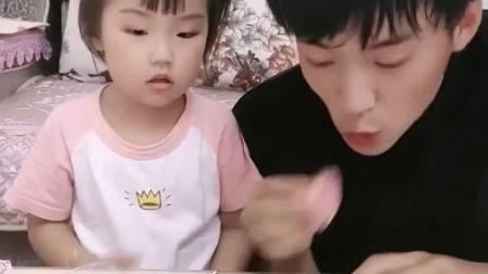 趣味生活:宝贝把爸爸的嘴巴封起来了