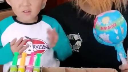趣味生活:小萌娃把盒子里装满了糖果