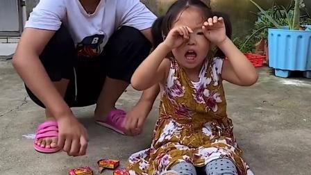 快乐的趣事:妹妹的糖果怎么都掉地上了 姐姐你又欺负妹妹了?