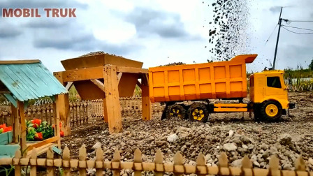 卡车运送物资路过泥泞路段太难走了 创意玩具