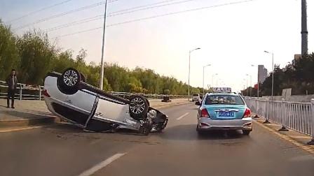 交通事故合集:摩托车不看路况横穿马路,大货车避让不及很受伤