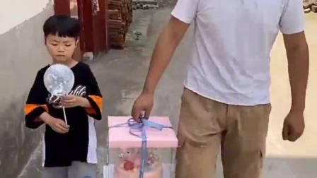 趣味生活:爸爸和小宝贝给弟弟妹妹买生日蛋糕
