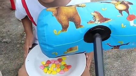 童年趣事:小柏林的彩虹糖被放在了大锤子里了