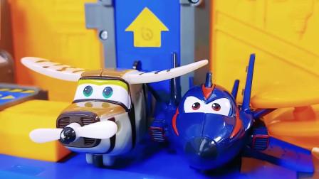 蓝色大飞机运送超级飞侠去玩耍