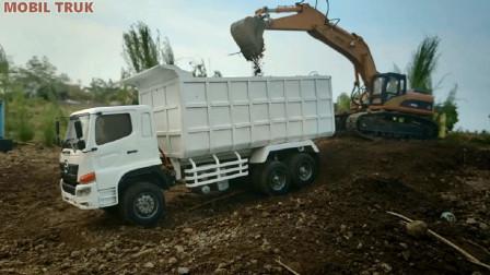 汽车玩具视频 挖掘机挖泥土给大卡车