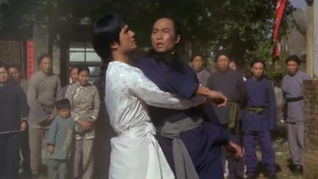 胡惠乾没本事也去报仇,幸好方世玉在旁边,救了他一命
