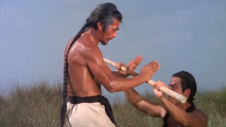这就是一击致命,小伙的棍子挥得太嗨,打得男子根本没有还手之力