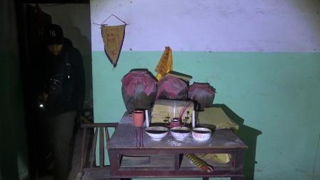 探险废弃的村子,在其中一个房间发现了三个坛子,这是干什么用的