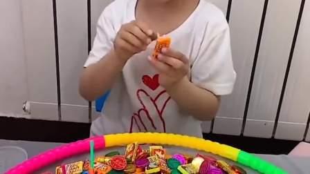 萌娃趣事:弟弟又偷吃糖,这下被妈妈发现了吧