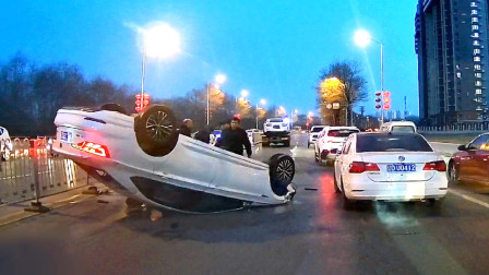 交通事故合集:打完转向灯直接变道,这一下尴尬了吧?