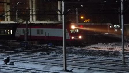 京广线:SS9G牵引Z35次开出武昌火车站