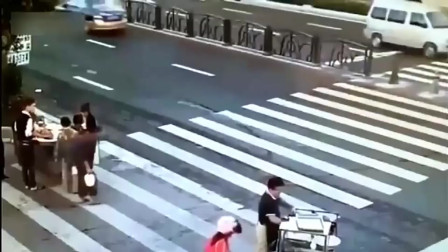 老人正在过马路,没想到就这样结束自己,连挣扎的机会都没给!